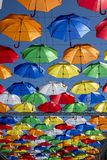 Allée des parapluies montants dans la ruelle de Solyany à St Petersburg photos libres de droits