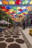 Allée des parapluies montants dans la ruelle de Solyany à St Petersburg images stock