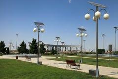 Allée en parc avec lanternes à énergie solaire. Photographie stock