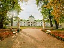 Allée en parc d'automne et palais néoclassique photographie stock libre de droits