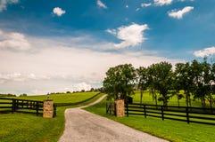Allée et barrières dans le comté de York rural, Pennsylvanie photo libre de droits