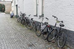 Allée et bicyclettes Cobblestoned Bruges Photos libres de droits