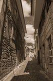 Allée et vieilles maisons avec le mur en pierre photos libres de droits