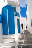Allée grecque traditionnelle sur l'île de Mykonos photographie stock libre de droits