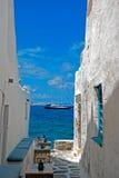 Allée grecque traditionnelle sur l'île de Sifnos image stock