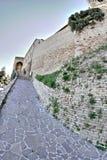 Allée médiévale dans le picena d'Acquaviva, Italie photographie stock libre de droits