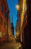 Allée médiévale la nuit à Stockholm Gamla stan photo stock