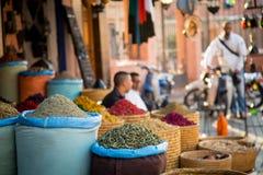Allée marocaine d'herbes en Médina de Marrakech Photographie stock libre de droits