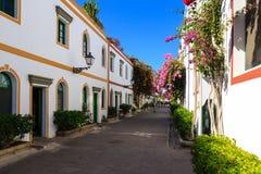Allée merveilleuse avec les fleurs, les portes et les fenêtres colorées dans Puerto De Mogan sur mamie Canaria Photo stock