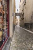 Allée pavée en cailloutis de petite rue avec la voûte outre de Steenstraat Bruges Photo libre de droits