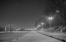 Allée piétonnière le long de la rivière Sava, b&w Photo stock