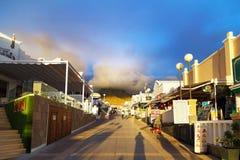 Allée près de la mer dans les rayons du coucher de soleil en Costa Adeje Photo stock
