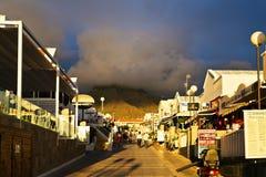Allée près de la mer dans les rayons du coucher de soleil en Costa Adeje Photographie stock libre de droits