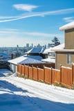 Allée résidentielle avec le paysage urbain sur l'horizon Ville le jour lumineux d'hiver photographie stock