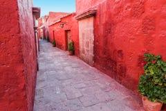 Allée rouge dans le monastère Image stock
