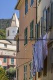 Allée typique du village antique de sommet de Corniglia, Cinque Terre, Ligurie, Italie photo libre de droits