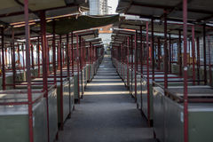 Allée vide avec les supports fermés sur le marché de Zemun, à Belgrade, la Serbie Photographie stock