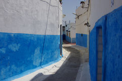 Allées blanches et bleues en vieille Médina de Rabat photographie stock libre de droits