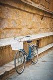 Allégation du vélo contre un monument du Toscan de mur Image libre de droits