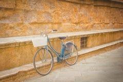 Allégation du vélo contre un monument du Toscan de mur Photographie stock