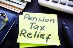 Allégement fiscal d'impôts de pension écrit sur un bâton photographie stock libre de droits