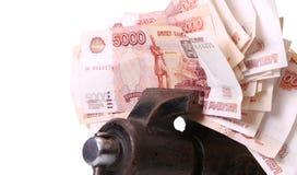 Allégorie de la crise financière globale - le rouble russe dans la poignée de la crise économique Photographie stock libre de droits