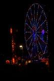 All amerikan: Rött, vit och blått Juli 4th Ferris Wheel i karneval på natten Royaltyfri Fotografi