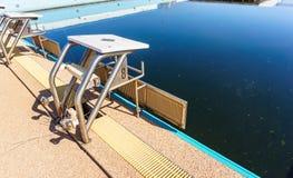All'aperto del blocchetto iniziare della piscina abbandonato fotografie stock libere da diritti