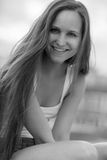 All'aperto di modello sorridente delle giovani donne Immagini Stock Libere da Diritti