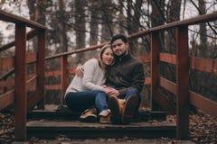 All'aperto felici delle giovani coppie amorose su accogliente riscaldano insieme la passeggiata fotografia stock libera da diritti