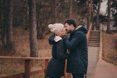 All'aperto felici delle giovani coppie amorose su accogliente riscaldano insieme la passeggiata in foresta fotografie stock libere da diritti