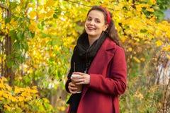 All'aperto femminile castana, via di autunno fotografia stock