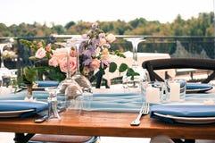 All'aperto installato tavola della decorazione di evento o di nozze immagine stock libera da diritti