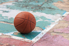 All'aperto pallacanestro sul vecchio pavimento rotto fotografia stock