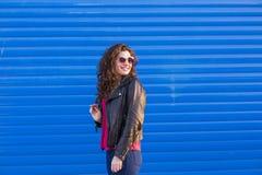 All'aperto ritratto di bella giovane donna con i sunglas moderni Fotografia Stock Libera da Diritti