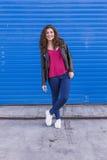All'aperto ritratto di bella giovane donna sopra backgroun blu Fotografia Stock