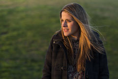 All'aperto ritratto di una donna al tramonto Fondo verde immagine stock libera da diritti