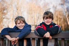 All'aperto un ritratto dei due giovani fratelli felici fotografia stock libera da diritti