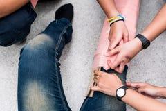 All'aula di addestramento del pronto soccorso, gli studenti stanno provando a splint la gamba di un incidente paziente della gamb Fotografia Stock Libera da Diritti