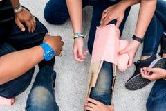 All'aula di addestramento del pronto soccorso, gli studenti stanno provando a splint la gamba di un incidente paziente della gamb Fotografie Stock