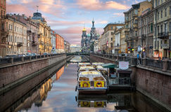 While all boats sleep. View of the Church of the Saviour on Spilled Blood from Griboyedov Canal and boat at the pier Stock Photos