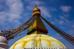 all boudhanath buddha eyes den jätte- guld- halvklotet kathmandu nepal som för förgrund ser övre white för mindre spirestupa royaltyfria bilder