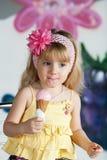 Flicka som äter en läcker glass. Han tycker om den. Arkivfoton