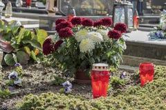 All helgondag, flovers och lampions på cementary Royaltyfria Bilder