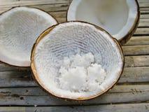 All'interno della frutta incrinata della noce di cocco Fotografie Stock