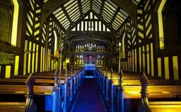 All'interno di vecchia chiesa in bianco e nero alla notte Immagini Stock Libere da Diritti