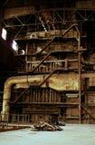 All'interno di vecchia pianta industriale arrugginita abbandonata Fotografie Stock Libere da Diritti
