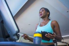 All'interno ritratto della palestra di giovane addestramento afroamericano nero stanco e sudato della donna alla pedana mobile de fotografia stock libera da diritti