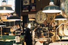 All måttvåg på skaldjur shoppar i marknaden för pikstället royaltyfria foton