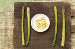All-naturligt sparris och smör på träbräde Royaltyfria Bilder